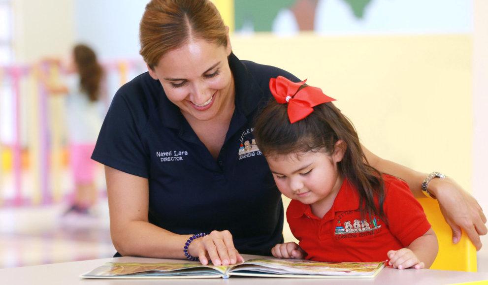 teacher teach the kid to read